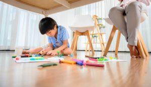 Enfant curieux cachette sous la table