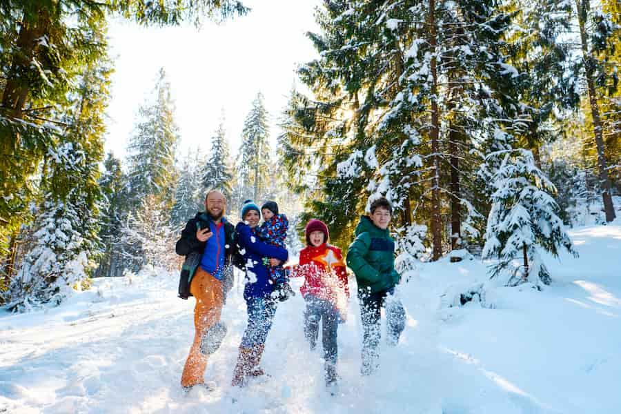 Famille à la montagne en hiver