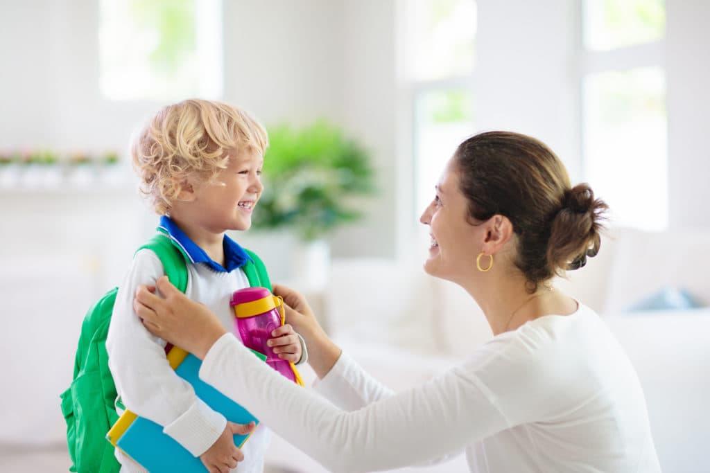 parent prépare son enfant pour la maternelle