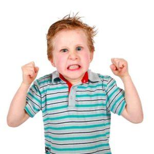 enfant fait une crise de colère