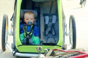 voyage en vélo avec enfant remorque