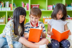 Enfants lisent des livres à la bibliothèque
