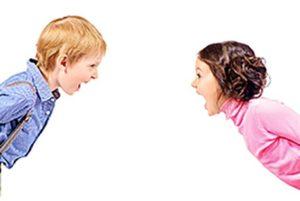 frère et sœur en colère se disputent