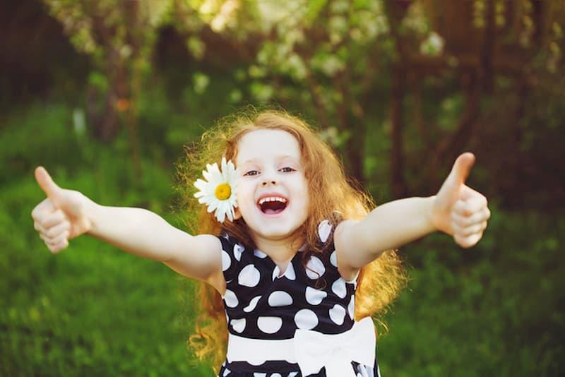 petite fille heureuse autonomie enfants