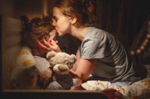 parent embrasse enfant préparation à la maternelle