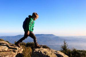 jeune enfant fait une randonnée