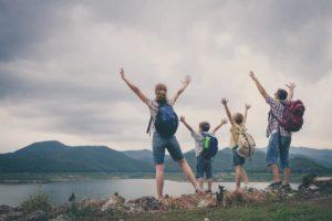 Randonnée avec des enfants au bord d'un lac