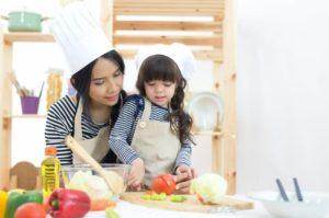 faire manger des légumes aux enfants en cuisinant avec eux