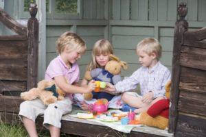 garçons et filles jouent à la dinette différence d'éducation
