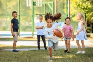 filles et garçons jouent au ballon différences éducation