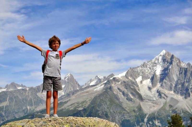 Enfant à la montagne en été