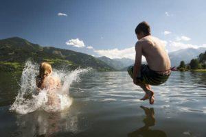 Montagne en été avec des enfants baignade dans un lac